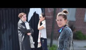 Lena Dunham et Allison Williams sur le plateau de Girls avec Christopher Abbott