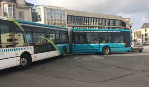 Un bus en panne sur un rond-point
