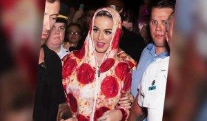 Katy Perry porte une combinaison pizza au pepperoni