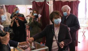 Municipales: la maire PS Martine Aubry vote à Lille