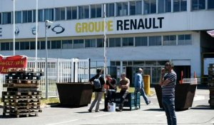 Menace de fermeture de sites Renault: blocage de la Fonderie de Bretagne