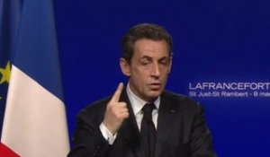 En meeting, Sarkozy tacle Hollande