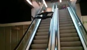 Descendre un escalator en grand écart.. FAIL !!
