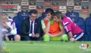 Iker Casillas joue avec son portable pendant un match du Real Madrid