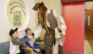 Johnny Depp surprend les enfants à l'hôpital habillé en pirate Jack Sparrow