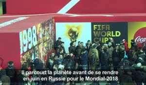 Foot: le trophée de la Coupe du monde à Paris