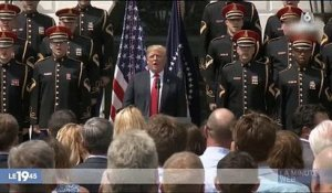 "USA : Donald Trump cible de moqueries quand il oublie les paroles de ""God bless America"" - Regardez"