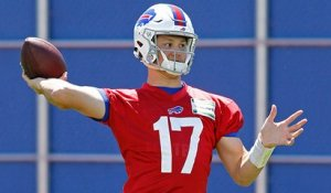 Allen shows off arm strength on pinpoint TD pass at camp