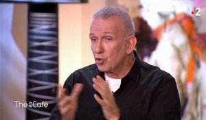 "Jean Paul Gaultier raconte comment il a fait son coming out à ses parents dans "" Thé ou café"" - Regardez"