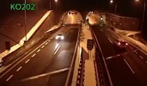 Un accident spectaculaire à l'entrée d'un tunnel