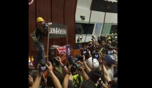 Des manifestants s'introduisent dans le parlement local d'Hong Kong