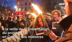 Retraites : flambeaux en main, des manifestants défilent à Paris