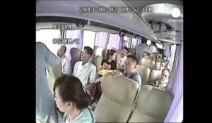 Accident de bus spectaculaire sur une autoroute en Chine
