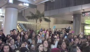 Des centaines de fans attendent One Direction à l'aéroport de Los Angeles
