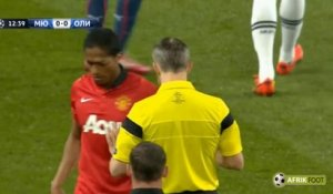 Le tacle terrible d'Antonio Valencia sur Delvin Ndinga - Manchester United vs Olympiakos