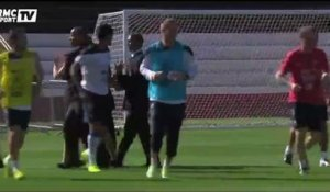 Football / Un supporter enlace Mangala à l'entraînement - 28/06