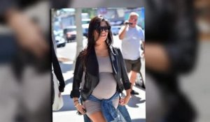 Kourtney Kardashian montre son ventre qui s'arrondit