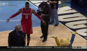 Dwight Howard s'embrouille gentiment avec Rocky, la mascotte des Denver Nuggets