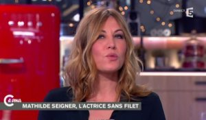 "L'interview ""langue de bois"" de Mathilde Seigner - C à vous - 26/01/2015"