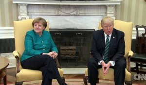 Donald Trump refuse de serrer la main d'Angela Merkel