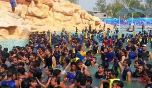 Parc d'attraction en Inde : 300 dans une piscine !!