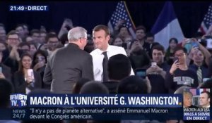 Emmanuel Macron arrive à l'université G. Washington sous les applaudissements