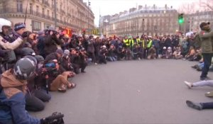 Des gilets jaunes entament un sitting place de la République à Paris