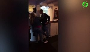 Comment ruiner sa séance de drague : chute douloureuse au bar