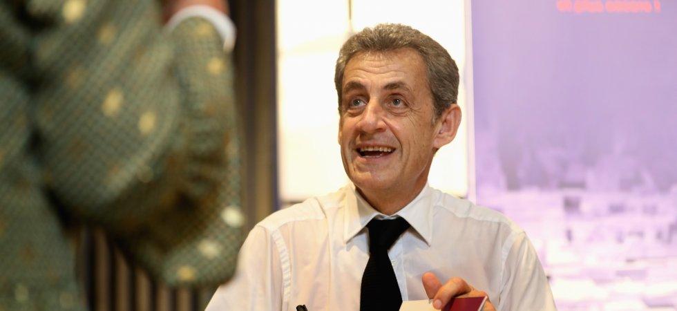 Nicolas Sarkozy Une Fan Le Drague Lourdement Lors D Une Seance De Dedicaces
