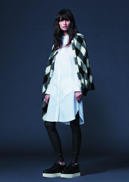 0e7f0c5520 Robe chemise blanche, legging en simili cuir et paire de slippers à semelle  plateau :
