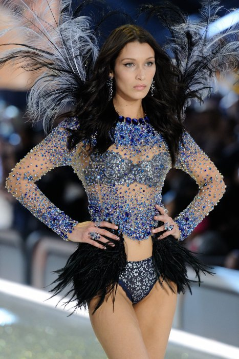 Bella Hadid défile pour Victoria's Secret