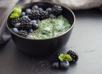 Smoothie bowl de spiruline aux baies