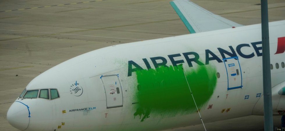 "Pour dénoncer le ""greenwashing"" du gouvernement, Greenpeace repeint un avion Air France en vert"