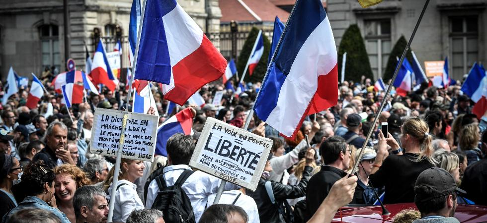 La France qui se retrouve … ! 661%2Fmagic-article-actu%2F6e0%2Fa54%2F3e4673261011bf81da2425e075%2Fmanifestation-anti-pass-sanitaire-une-pancarte-antisemite-a-metz-provoque-de-vives-reactions-le-parquet-ouvre-une-enquete%7C6e0a543e4673261011bf81da2425e075
