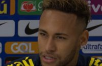 Neymar tape du poing sur la table !