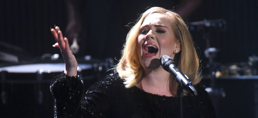 Adele interrompt son concert pour diffuser France-Roumanie